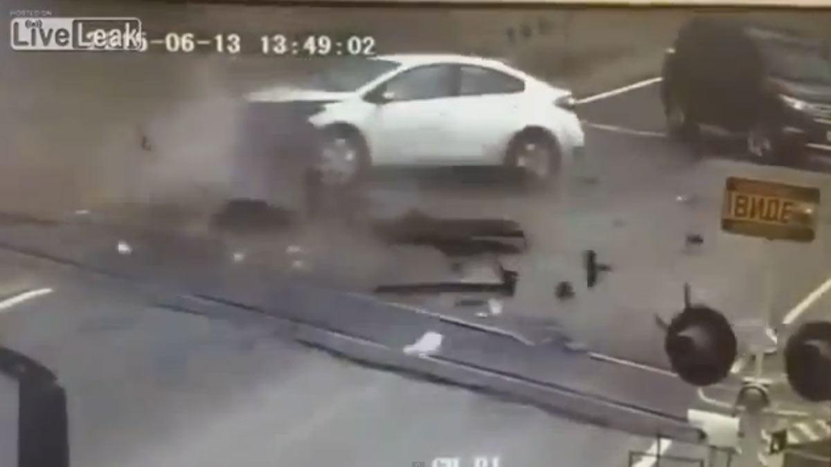 Brutal accidente de un Kia contra un paso a nivel