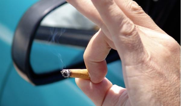 Multa de 70 euros por fumar en el coche con niños