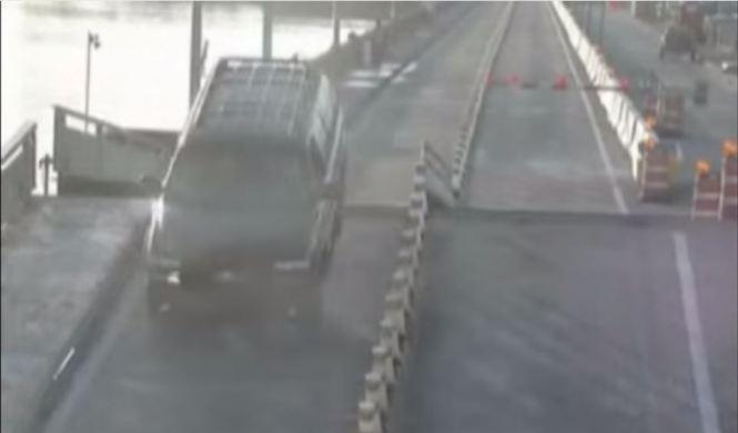 Un conductor distraído salta sobre un puente levadizo