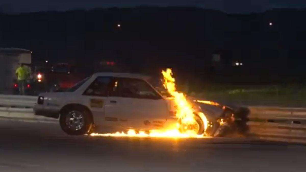 Un Mustang comenzó una 'drag race' y terminó a la barbacoa