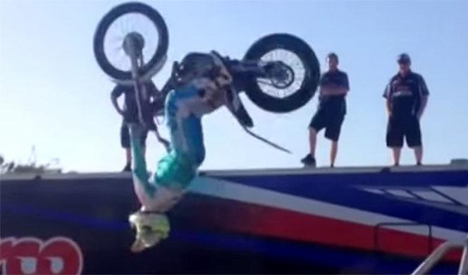 Vídeo: Aprende a subir la moto al pick-up ¡con un backflip!