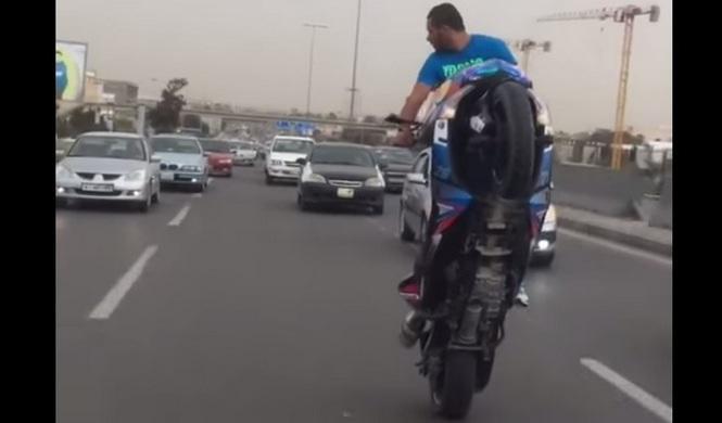 Caballito salvaje con un Yamaha T-Max