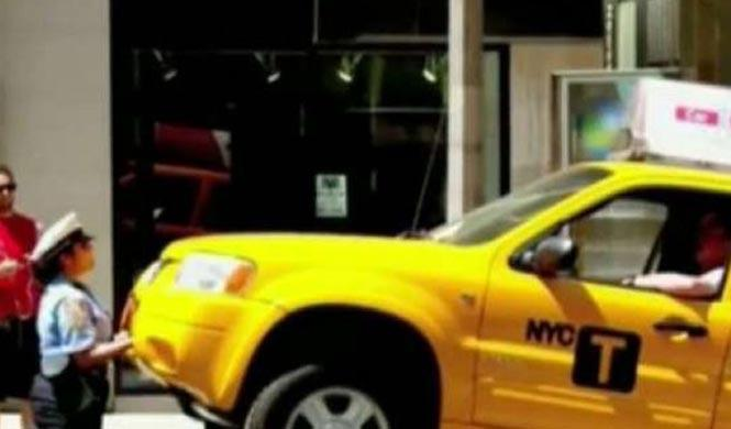 Una policía que es capaz de levantar un coche con las manos