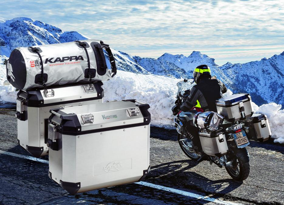 Moto, viajar y verano: maletas para el equipaje.