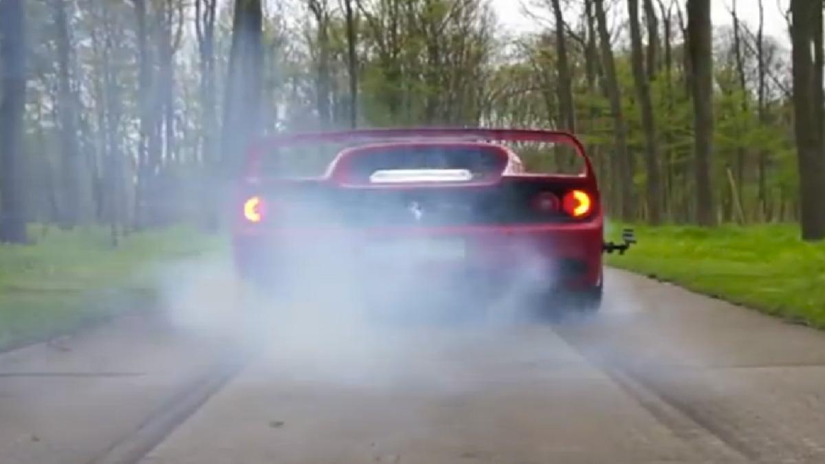 Placer para los sentidos: burnouts con el Ferrari F50