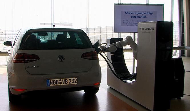 Un robot cargará los vehículos eléctricos de Volkswagen