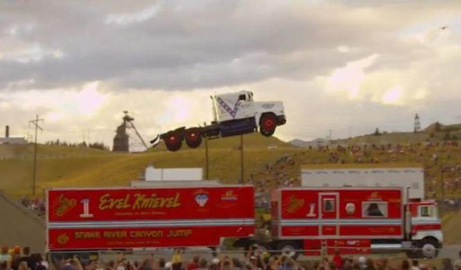 Nuevo récord de salto de longitud... ¡con un camión!