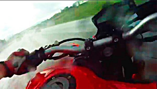 Video: aquaplaning salvaje sobre una moto