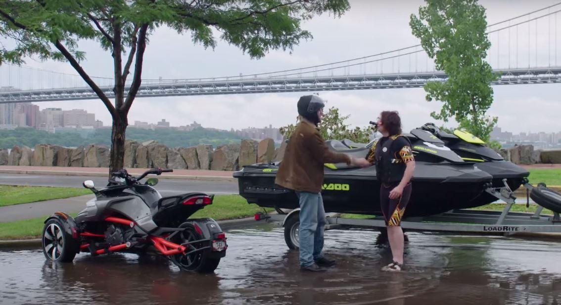 Vídeo: Pique entre un Can-AM Spyder y una moto de agua