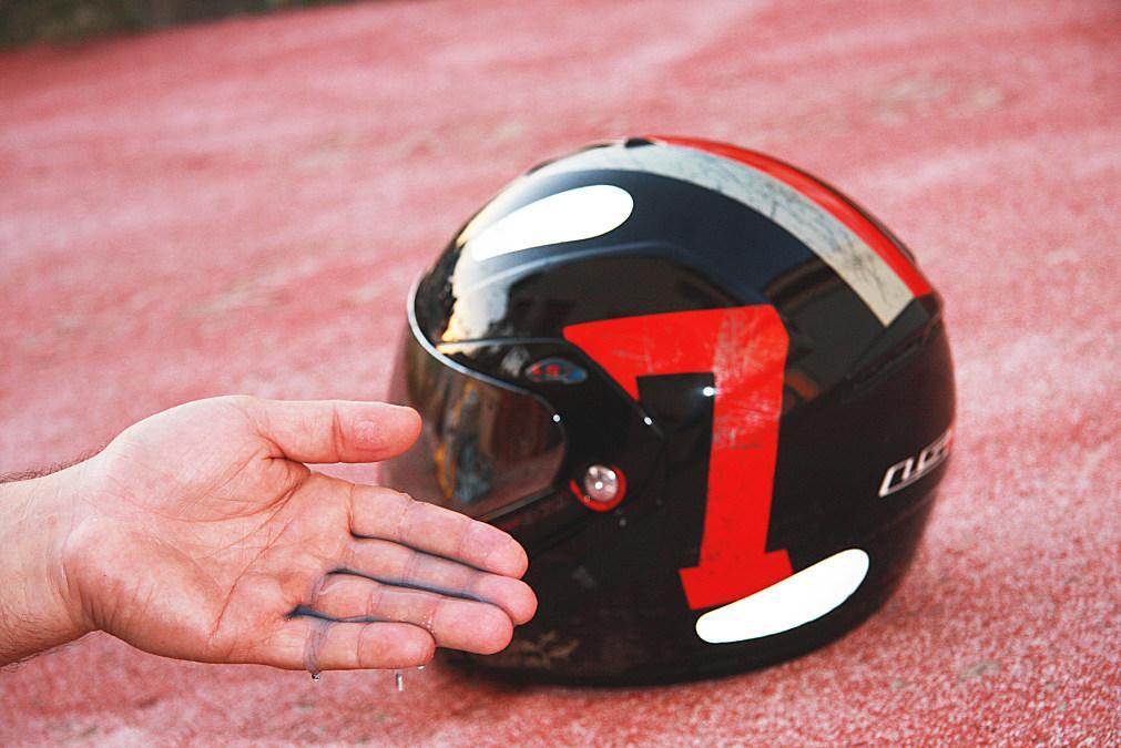 Limpiar los mosquitos de la pantalla del casco: jabón en los dedos