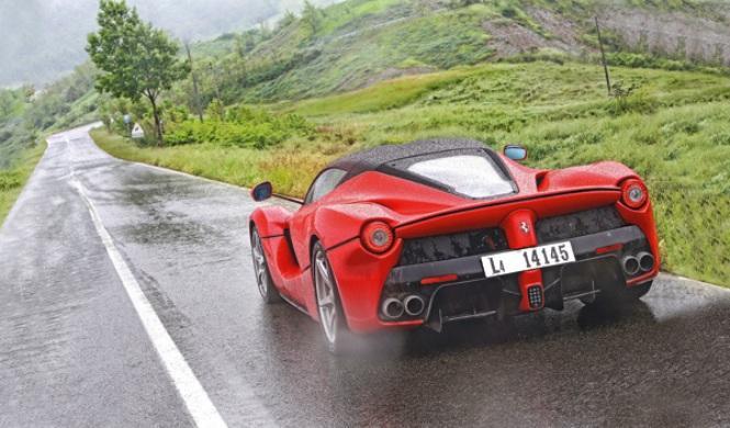 ¿Está de coña el conductor de este Ferrari?