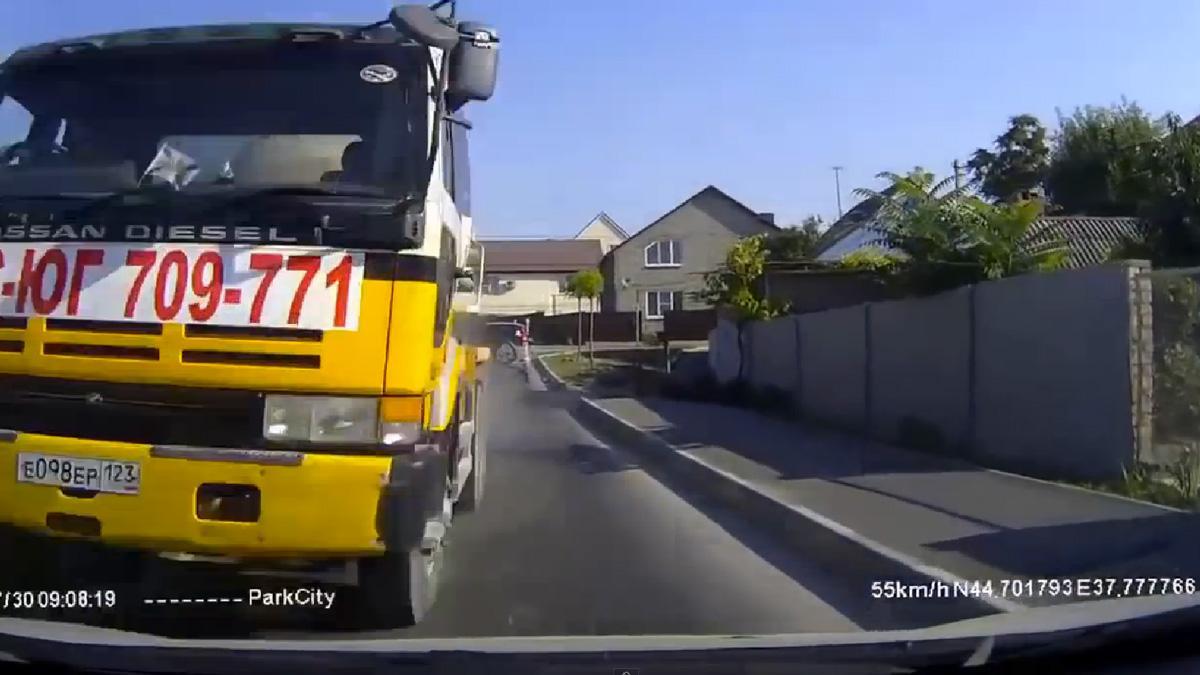¡Oh no! Una hormigonera sin frenos la lía en Rusia