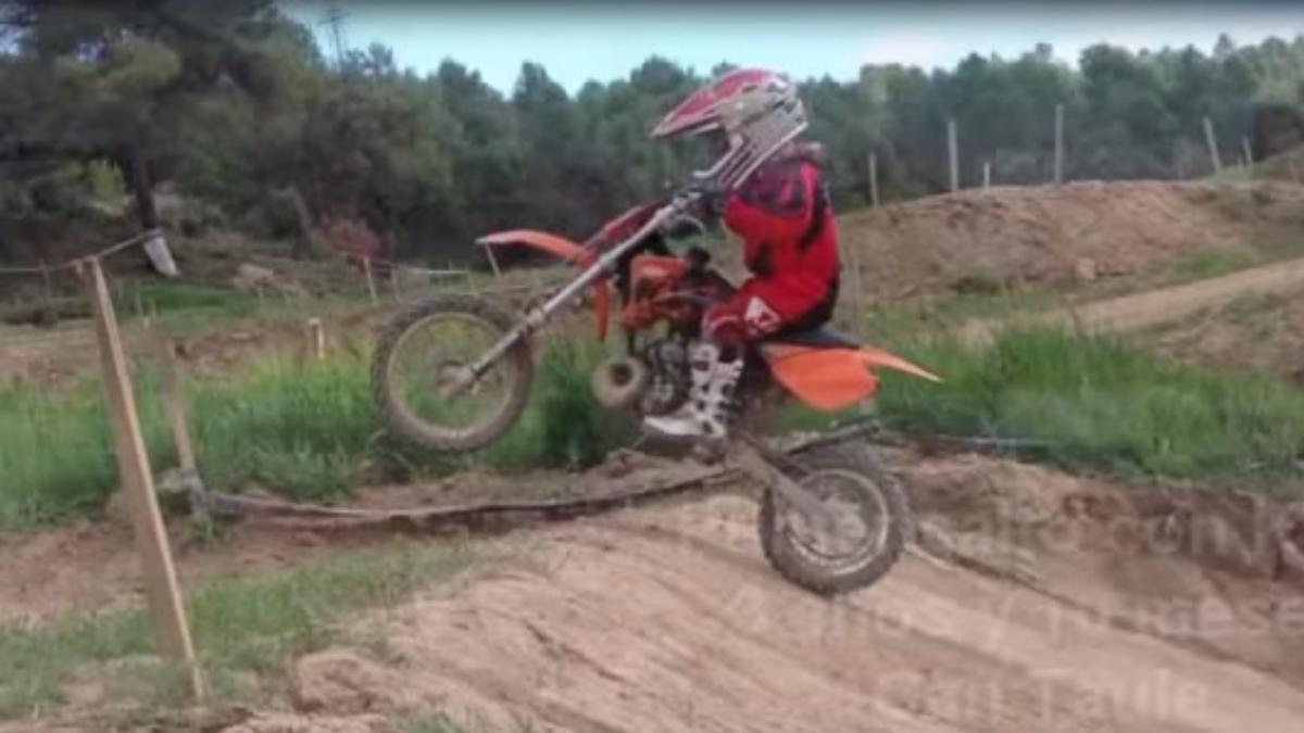 Vídeo: un niño de cinco años hace motocross con su moto