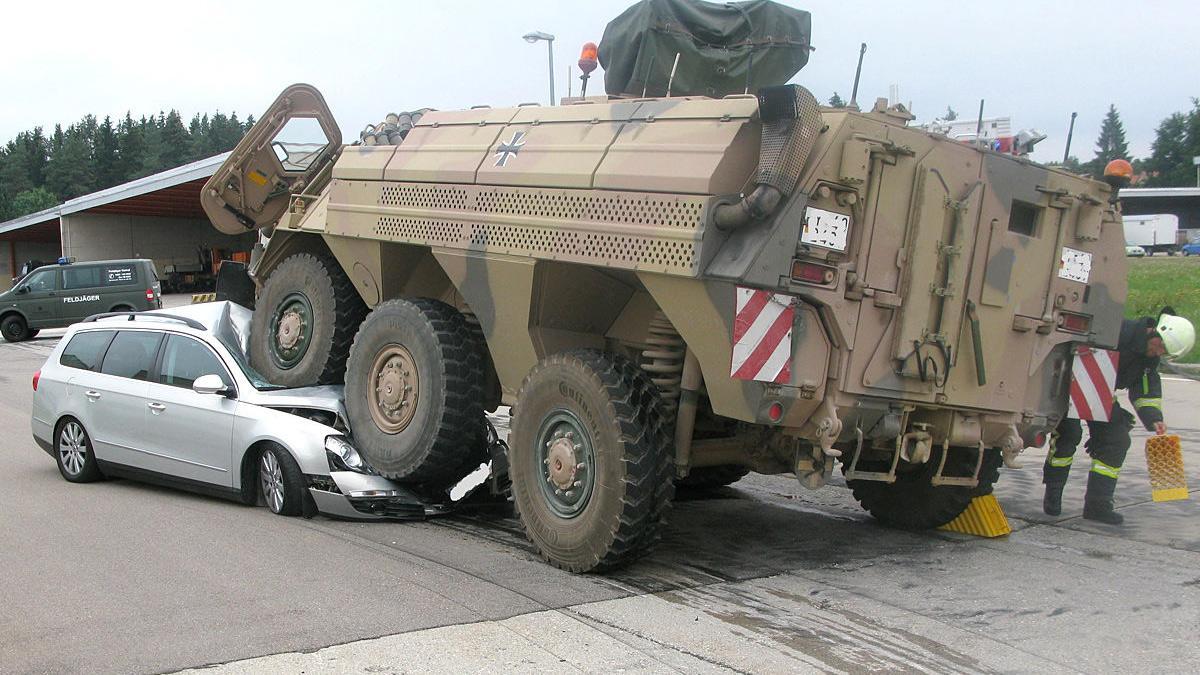 Un tanque arrasa a un Passat en Alemania