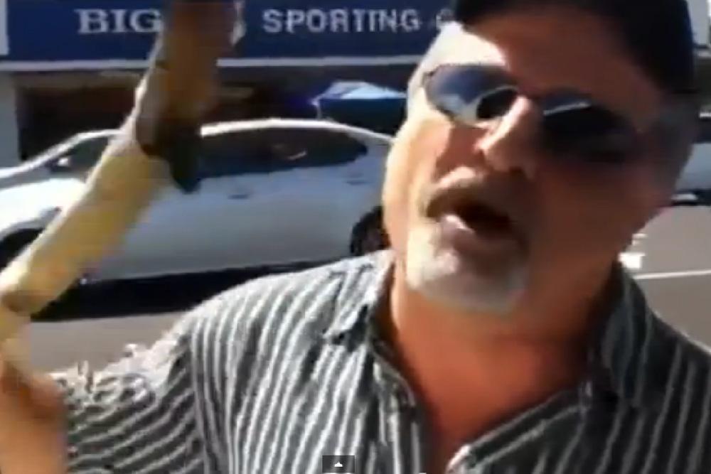 Un 'zumbao' amenaza a otro conductor con un palo