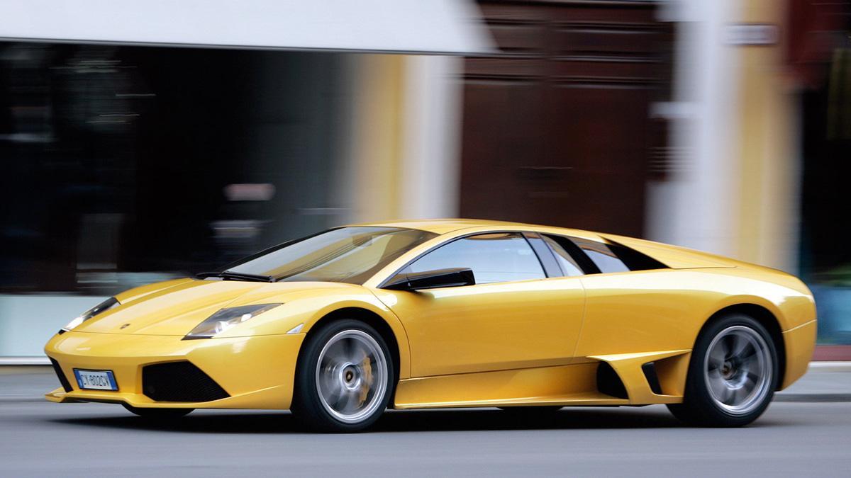 Una réplica de Lamborghini causa un accidente múltiple