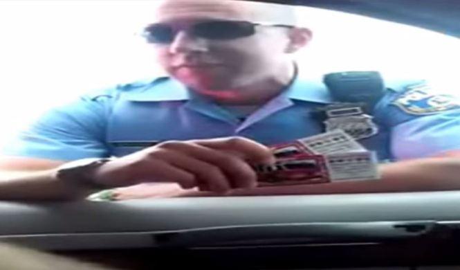 Policía de Filadelfia presiona a conductor por una donación