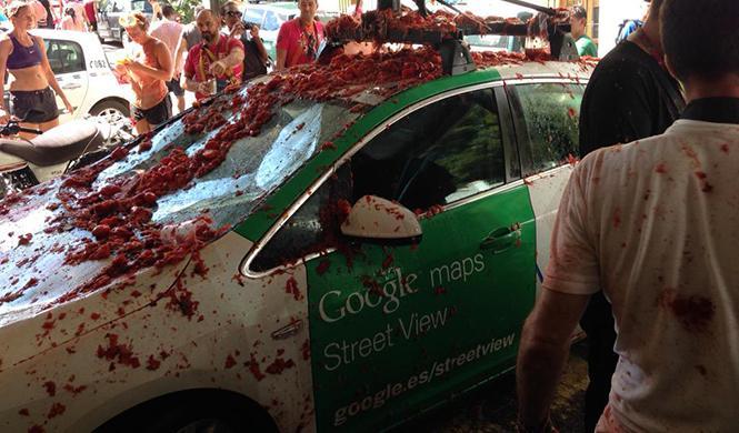 El coche de Google destrozado en la Tomatina