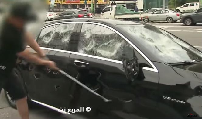 Destroza a golpes su Mercedes-AMG S63 para protestar