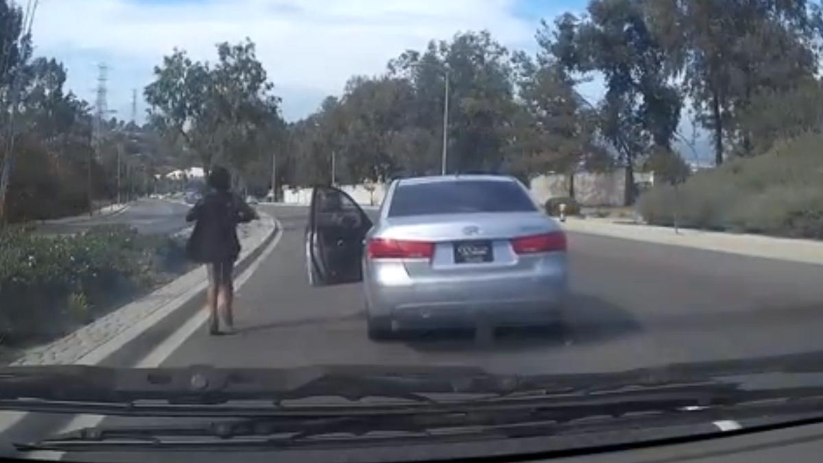 WTF: salta del coche en marcha y provoca un accidente