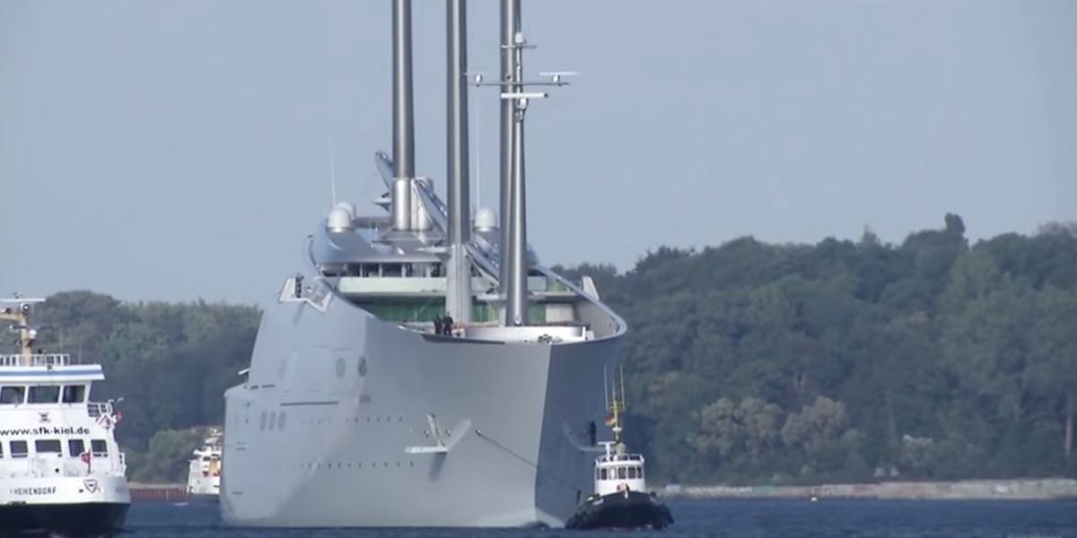 el yate más grande del mundo remolcado astilleros