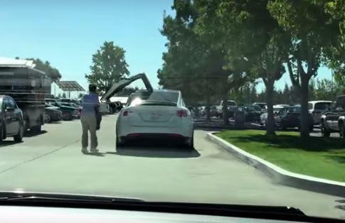 Vídeo: las puertas del Tesla Model X, ¡arriba esas alas!