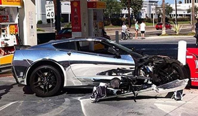 Un Corvette Stringray accidentado en una gasolinera
