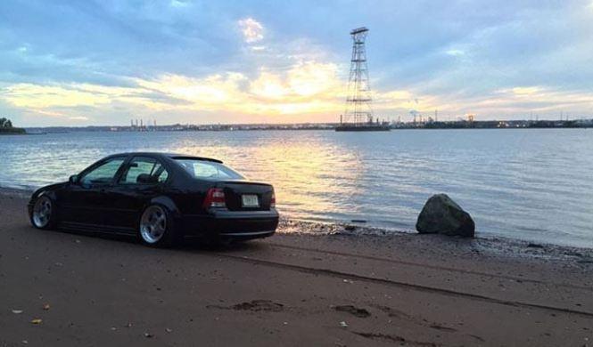 Volkswagen Jetta atrapado en la playa