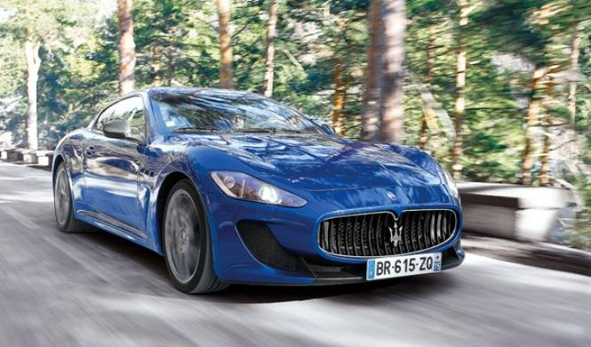 Vídeo: abandona un Maserati GranTurismo tras volcar