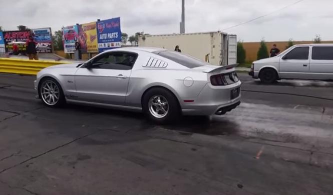 Drag Race: el monovolumen que reta a todo un Mustang