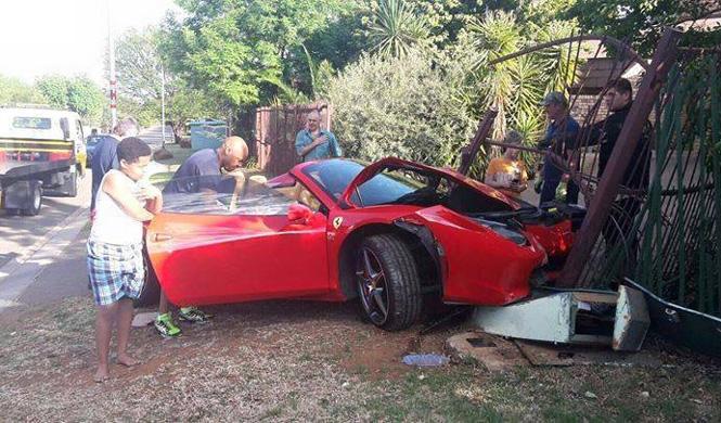 Estrella su Ferrari y deja sin luz a parte del barrio