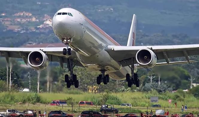 Un avión de Iberia aterriza rozando coches