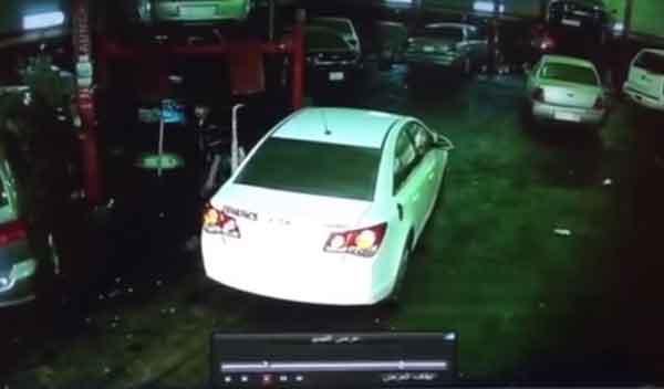 Roba un coche y se queda encerrado en el garaje