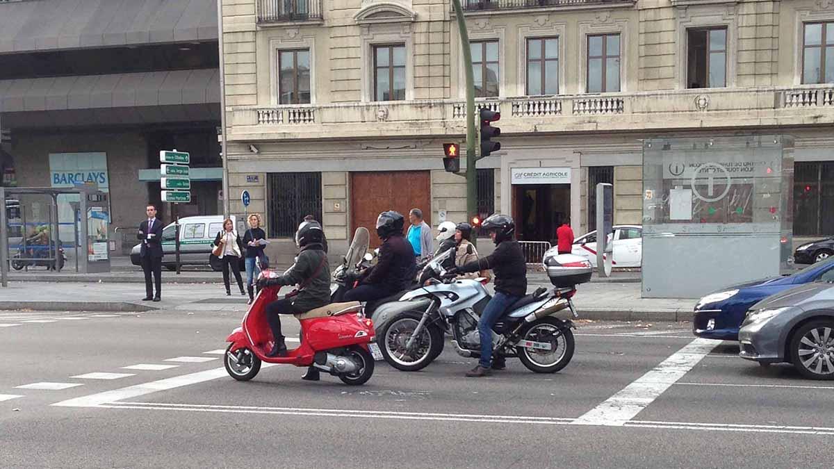 ¿Por qué las motos contaminan menos que los coches?