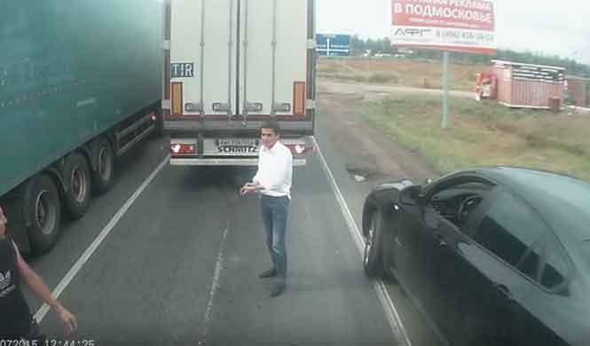 El conductor de un X6 para a un camión y saca una pistola