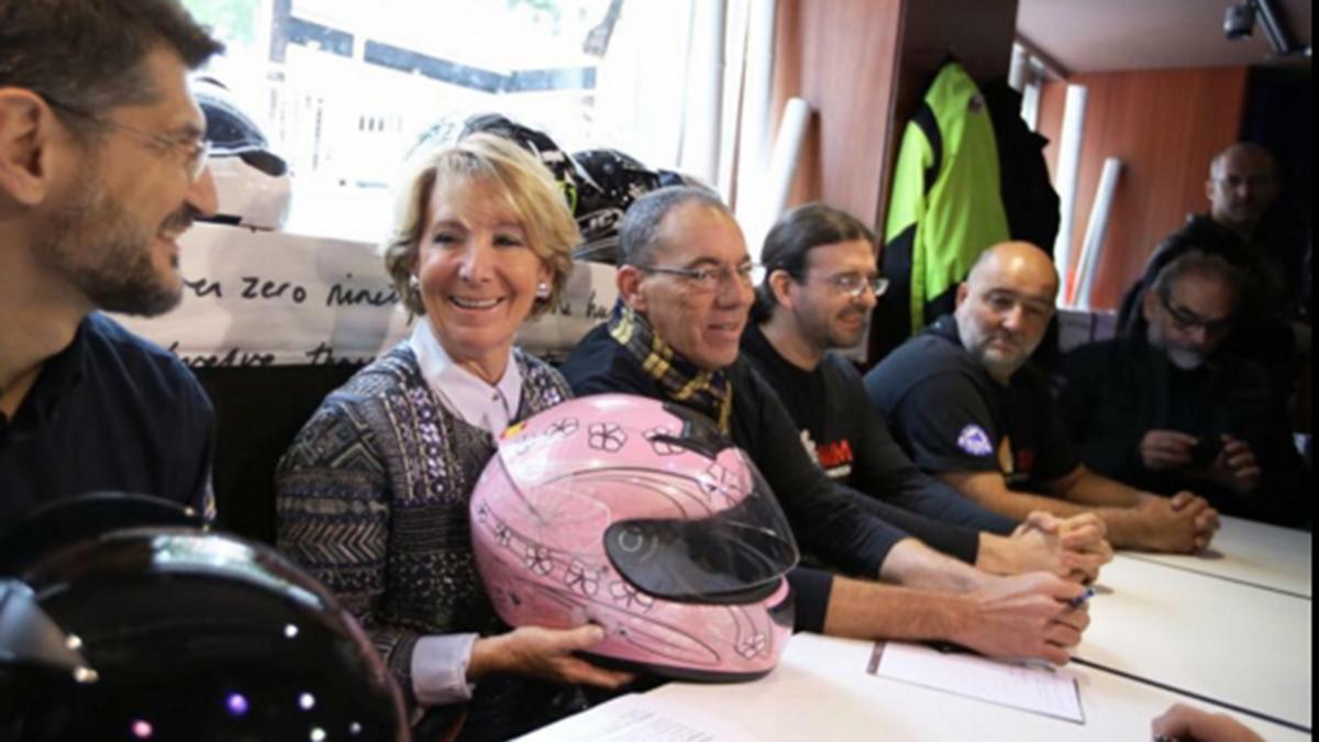 Esperanza Aguirre, con casco contra el cáncer... y Carmena