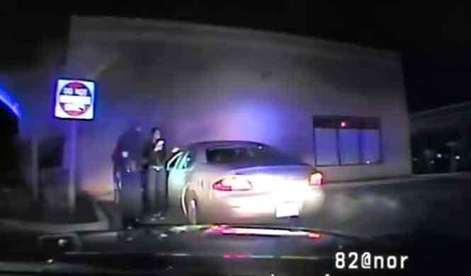 Mujer golpea a un policía con la puerta del coche y huye