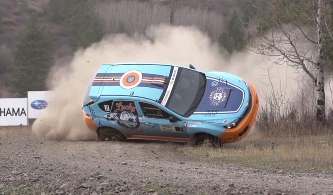 Impresionante vuelco de un Subaru grabado a cámara lenta