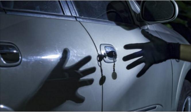 Cinco ladrones de coches que se cebaron con su víctima