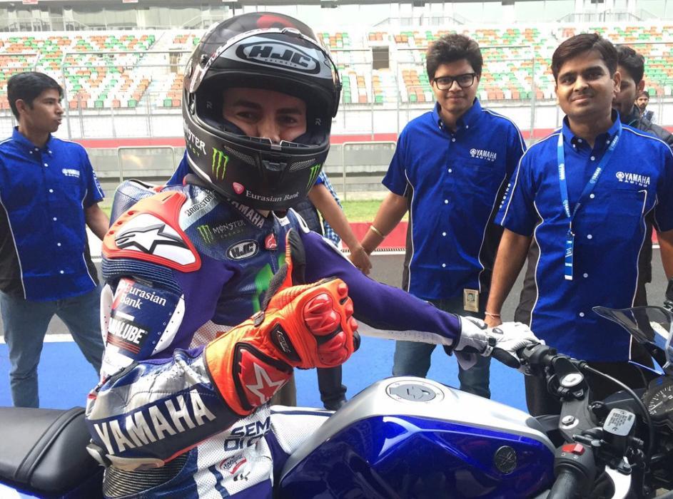 Lorenzo prueba la Yamaha R3, la deportiva para el carné A2