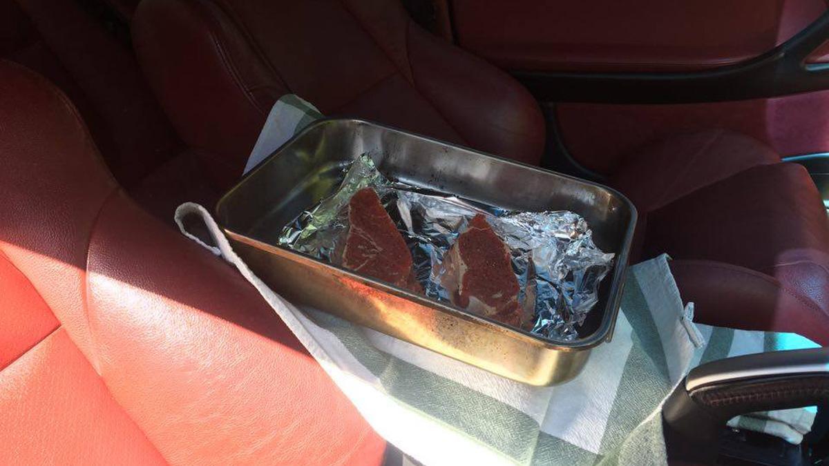 ¡Alucina! Cocina un par de bistecs en el interior del coche