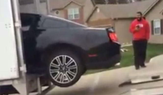 Cuidado si vas a subir tu Mustang a un camión