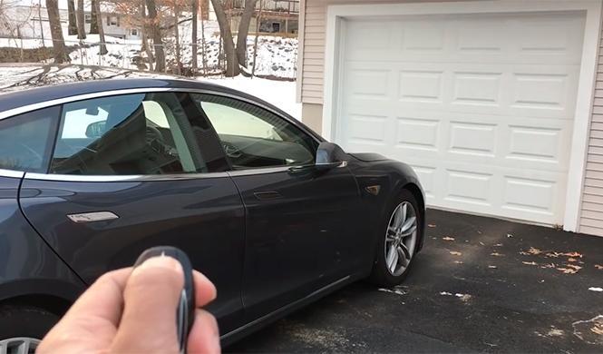 Tesla aparca solo en garaje