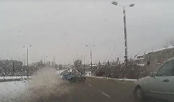 La nieve derretida causa un accidente brutal