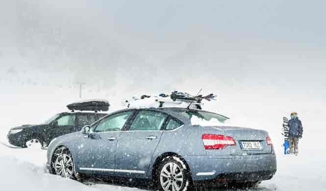 Cómo llevar los esquís en el coche