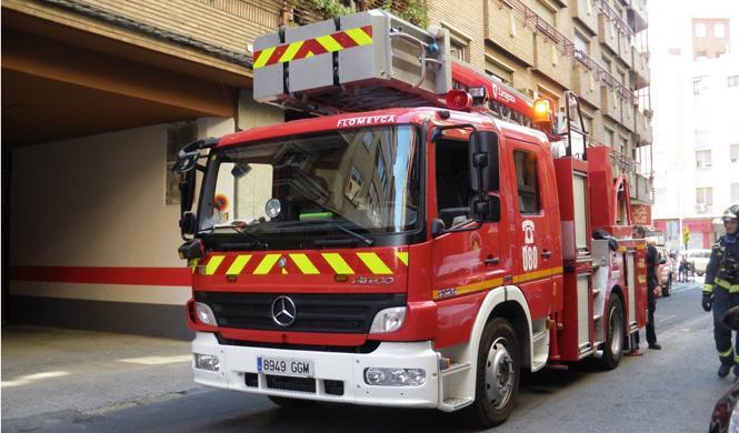 Multan a un coche de bomberos que iba a apagar un incendio