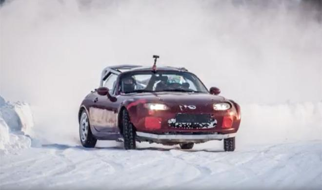 Rusos locos: se montan un circuito en la nieve
