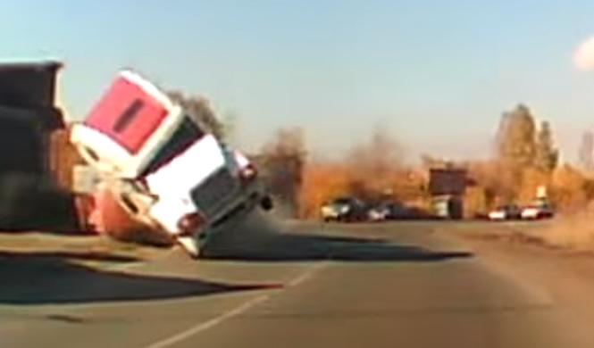 Se lleva el susto de su vida por el vuelco de este camión