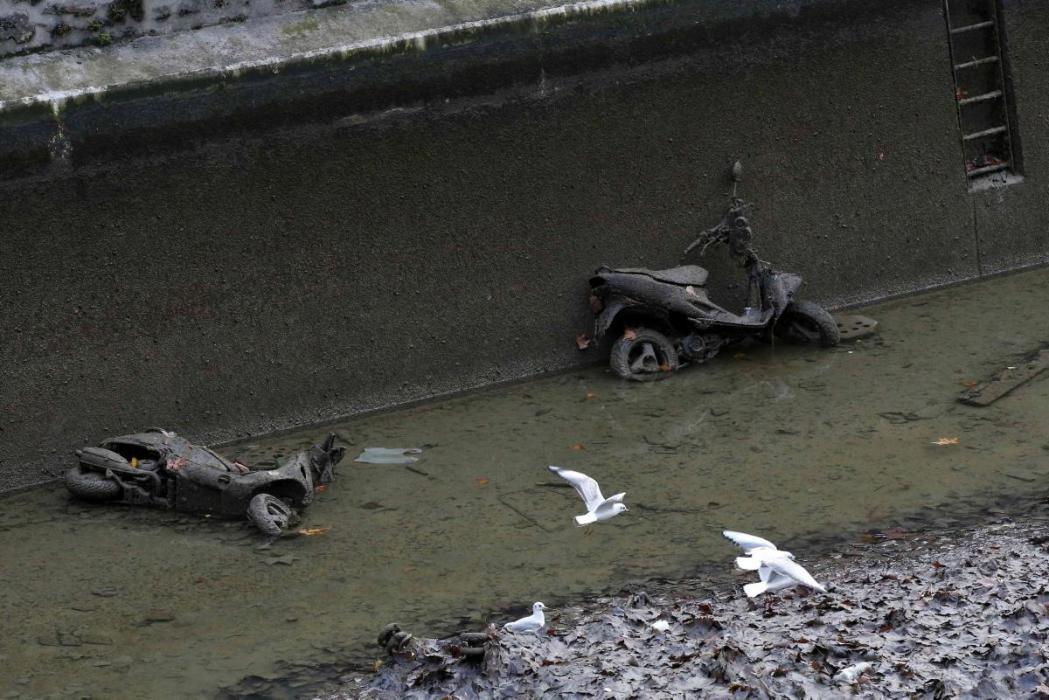 Aparecen varias motos y scooters en un canal en París