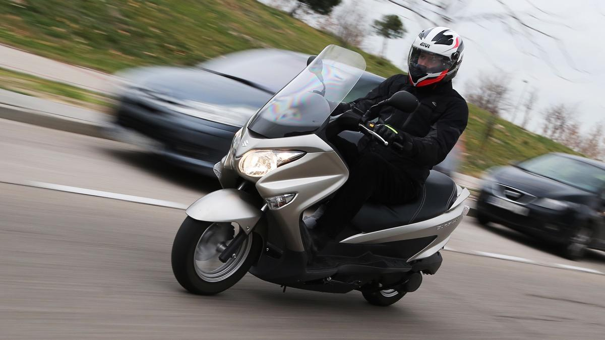 prueba suzuki burgman 125 abs el 39 mini 39 maxiscooter vuelve motos. Black Bedroom Furniture Sets. Home Design Ideas